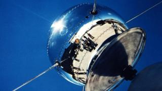 القمر الصناعي فانغارد يدور في الفضاء