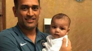 धोनी सरफ़राज़ अहमद के बच्चे के साथ