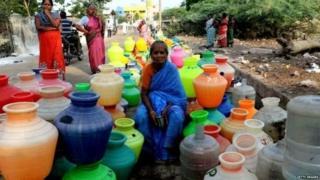 પાણી માટે રાહ જોતાં મહિલા
