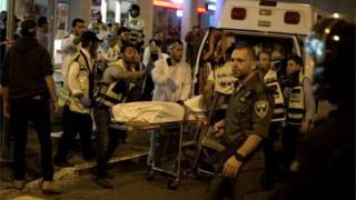 Israeli medics remove body of shot Israeli, in Jerusalem (21/10/15)