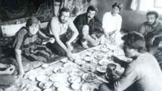 Saylan ve ekip arkadaşları cüzzam taraması için gittikleri Van'da köy kahvaltısı yapıyor (1983)