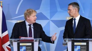 Ngoại trưởng Anh Boris Johnson và Tổng thư ký Nato Jens Stoltenberg tổ chức một cuộc họp báo chung hôm 27/3