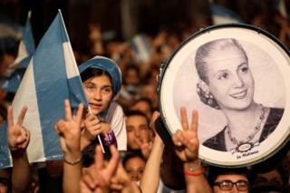 Arjantin'de Pazar günü Peronistlerin zafer kazanmasının ardından düzenlenen kutlamalardaki bir fotoğrafta 1952'de ölen Eva Perón görülüyor