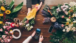 Mulher comprando buquê de flores