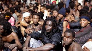 مئات المهاجرين تمكنوا من اجتياز السياج ونقلوا إلى مركز احتجاز المهاجرين في سبتة