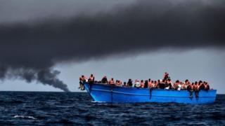 قارب مهاجرين في البحر المتوسط