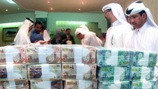 Qataríes y billetes