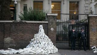 Акция протеста у российского посольства в Лондоне