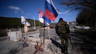Na jednom od kontrolnih punktovan na putu za Sevastopolj zajedno stoje srpska, ruska i zastava ruske mornarice, 13. mart 2014. godine.