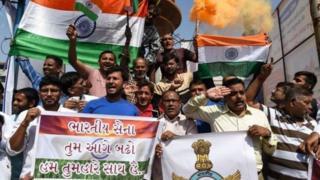 Hindistan hava saldırılarından sonra sokaklara çıktı.