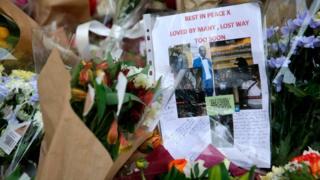 Цветы на месте убийства в Лондоне