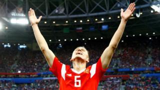 Denis Cheryshev con los brazos en alto