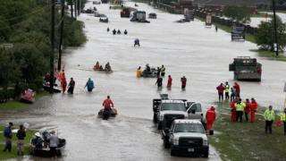 休斯敦许多地区仍泡在水中。