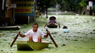 Người dân ở Chương Mỹ, thuộc Hà Nội, đang đương đầu với cảnh ngập lụt kéo dài