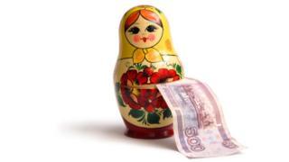 Boneca russa com nota de 500 rublos