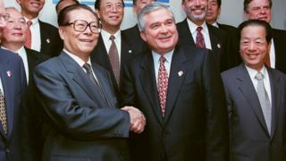 江澤民(左)與錢其琛(右)在萬國商業機器(IBM)紐約總部參觀(31/10/1997)