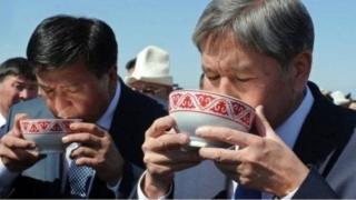 Алмазбек Атамбаев 2017-жылы 24-ноябрда президенттик кызматты Сооронбай Жээнбековго өткөрүп берген