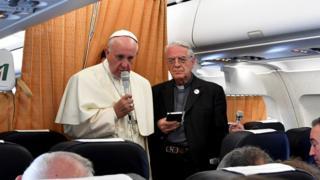 Papa Francisco en el vuelo de Armenia a Roma.