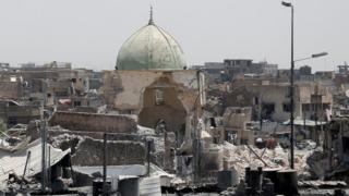 """قال الجيش العراقي إن تنظيم الدولة الإسلامية فجّر الجامع ومئذنته """"الحدباء"""" قبل ثمانية أيام"""