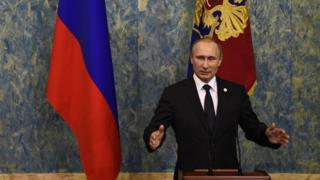 パリのCOP21に出席し記者会見するプーチン露大統領(11月30日)