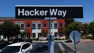 """Знак Hacker Way (""""дорога хакеров"""") на парковке возле головного офиса Facebook, Калифорния, 15 мая 2012 года."""