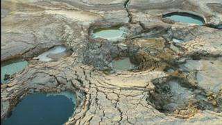 مياه البحر الميت تتبخر.