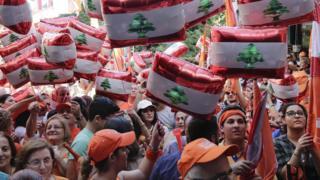 أنصار الرئيس اللبناني الجديد عون يحملون صوره والأعلام اللبنانية