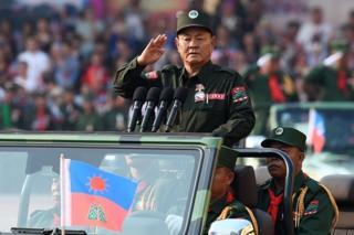 စစ်ရေးပြ အခမ်းအနားမှာ တက်ရောက်လာတဲ့ ဝတပ်ဖွဲ့ခေါင်းဆောင် ဦးပေါက်ယူချမ်း