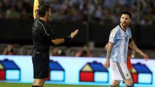 Lionel Messi proteste contre l'arbitre de touche qui n'a pas sifflé une faute commise sur lui lors du match contre le Chili