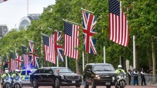 离开克拉伦斯宫后,特朗普总统车队前往白金汉宫, 大道两旁挂满英美两国国旗。