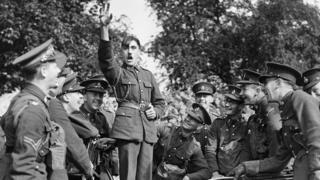 Британський солдат пародіює Адольфа Гітлера