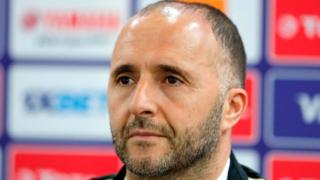 L'entraîneur algérien Djamel Belmadi lors d'une conférence de presse au Stade de Suez.