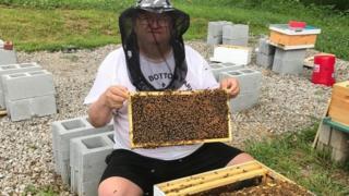 أنقذت تربية النحل حياة غراندون