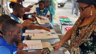 Woman dey thumbprint for Ikeja, Lagos during di 2019 elections