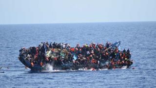 সিসিলির উপকুলের কাছে ডুবন্ত একটি জাহাজ থেকে ৫০০ জন অভিবাসীকে উদ্ধার করেছিল ইটালির নৌবাহিনী, মে ২৫, ২০১৬