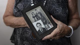 Ariella Pardo Segre segura porta-retratos de sua família