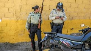 Police officers on patrol in Caracas (26/01/2017)