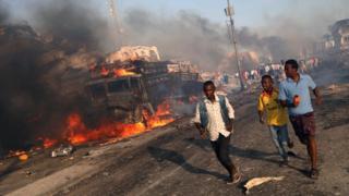 Civiles evacuando la zona de la bomba