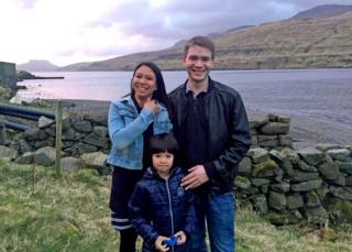 Athaya Slaetalid com marido e filho