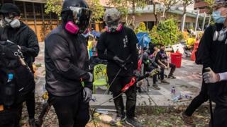 Manifestantes estão usando arco-e-flechas e coquetéis molotov contra a polícia em Hong Kong