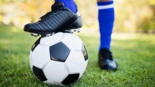 Futbolista con una pelota.