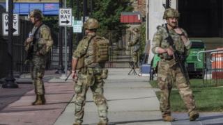 La Guardia Nacional de Wisconsin se encuentra fuera del juzgado del condado de Kenosha antes de la llegada del presidente de los Estados Unidos, Donald J. Trump, en Kenosha, Wisconsin, EE. UU., 01 de septiembre de 2020