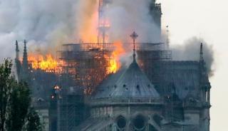 Catedral de Notre-Dame consumida pelo fogo