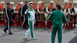 Berdymukhamedov en la apertura de la carrera de los 500 días