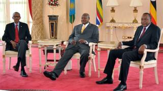 Kutoka kushoto)Rais wa Rwanda Paul Kagame, Rais wa Uganda Yoweri Museveni na Rais wa Kenya Uhuru Kenyatta walipiga picha baada ya mukutano wa faragha mwezi Juni 25, 2013 katika Ikulu ya Entebbe