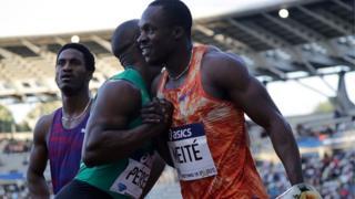 L'Ivoirien Ben Youssef Meité félicité par le cubain Yunier Perez après avoir remporté les 100 mètres