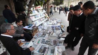Gazetelere bakan insanlar