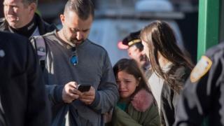 Una niña llora en el lugar donde ocurrió el ataque