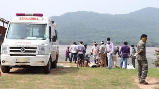 నదిలో దొరికిన మృతదేహాన్ని తరలించేందుకు ఏర్పాట్లు చేస్తున్న అధికారులు, సిబ్బంది