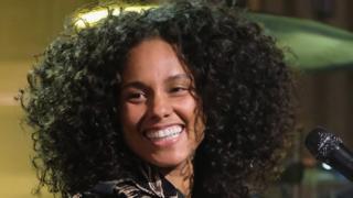 Alicia Keys waxay cayaartaa piano